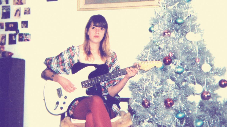 Cassie Ramone presenta disco navideño con Burger Records