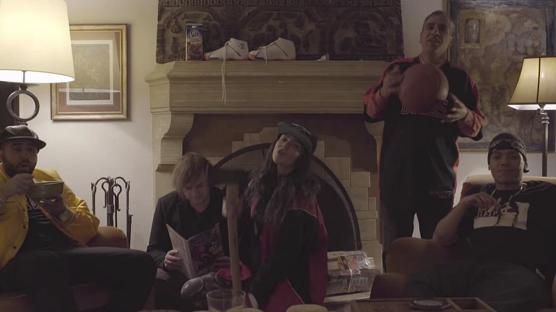 Grimes celebra la Navidad con Christmas song II (Grinch)