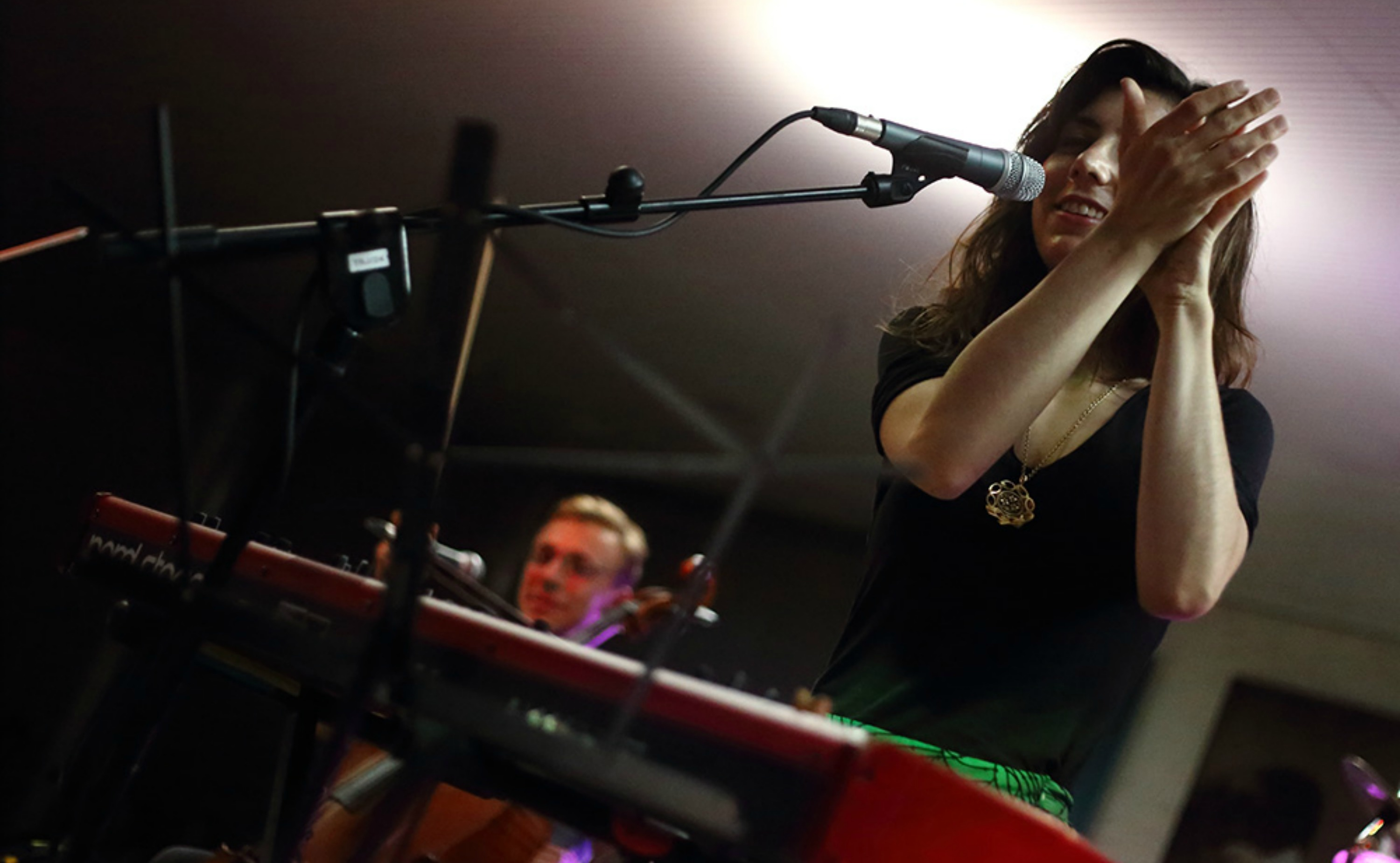 [flash audio] Julia Holter avanza Maxim's I, nueva entrega de City Loud Song