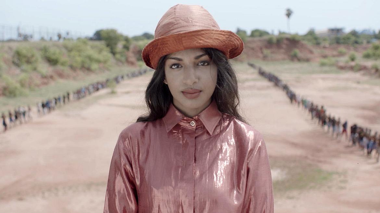 M.I.A. se dirige en el clip de Borders