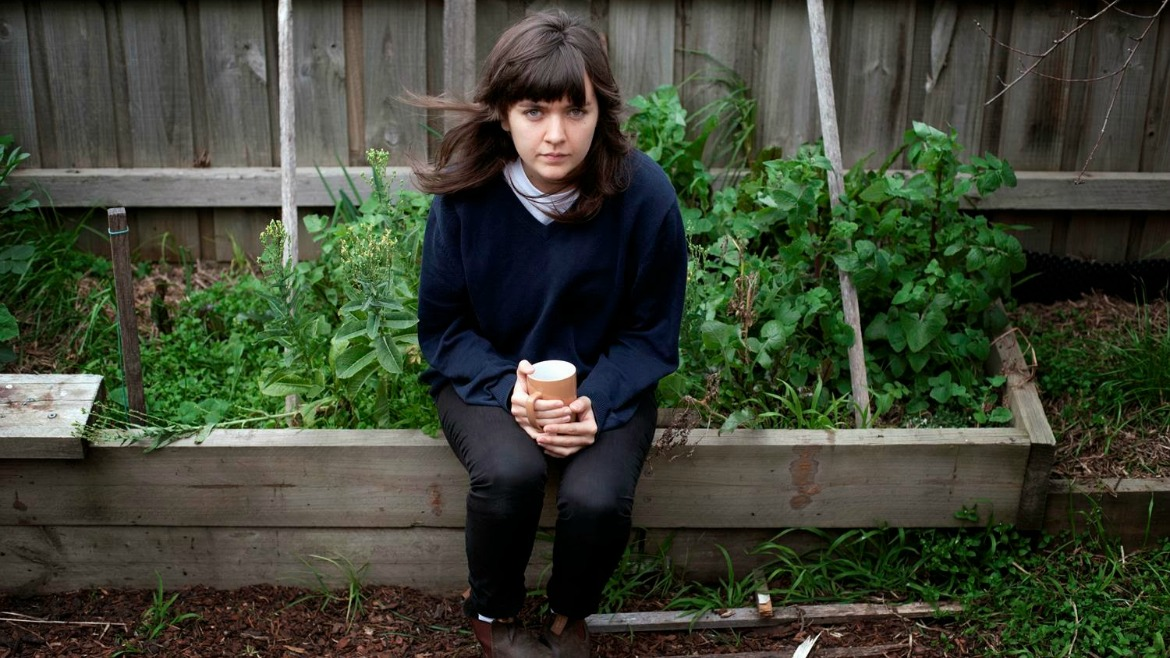 Courtney Barnett confirma nuevo disco y estrena Pedestrian at best