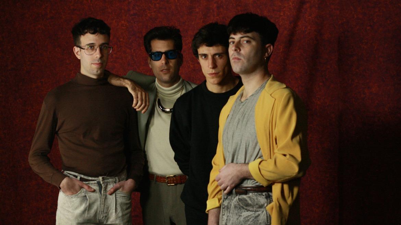 Cassettes de Enya, anillos de ámbar y pop con El Último Vecino